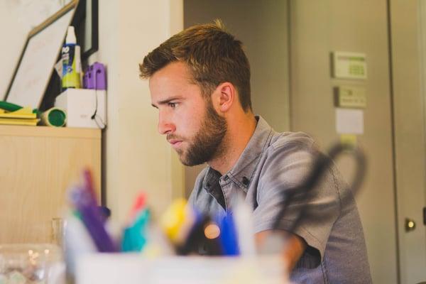 adulto concentrado trabajando